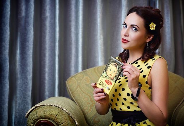žena, žluté šaty, květina ve vlasech