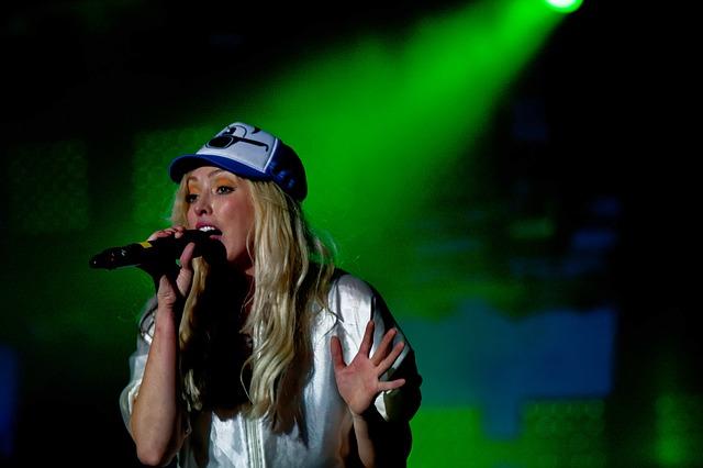 blond zpěvačka