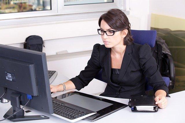 žena u počítače.jpg