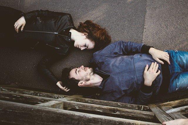 pár, který leží